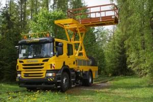 Die Seitenausladung, Größe und Tragkraft der Arbeitsbühne erfüllen die hohen Anforderungen für die Instandhaltung von den Fahrleitungen.