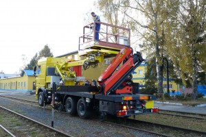 Boom platform RP 400 enables full unlimited rotation around its axis. Side reach, size and loading capacity of the platform meet all requirements for OLE maintenance. The elevating platform has a remote control, it can be controlled from a mobile control panel.