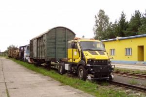 Der universale Zweiwege-Träger FriLiner ist, für einen schnellen Wechsel der Aufbauten, zu verschiedenen Instandhaltungsarbeiten auf den Eisenbahnstrecken und auf den Straßen, als auch zu Oberleitungsarbeiten und anderen Hocharbeiten konstruiert.
