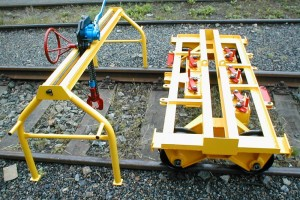 Rails manipulation unit SMK - Tackle trolley is moved on the frame structure by means of hand wheel with small chain wheel, fitting into roller chain installed in the gantry crane frame.