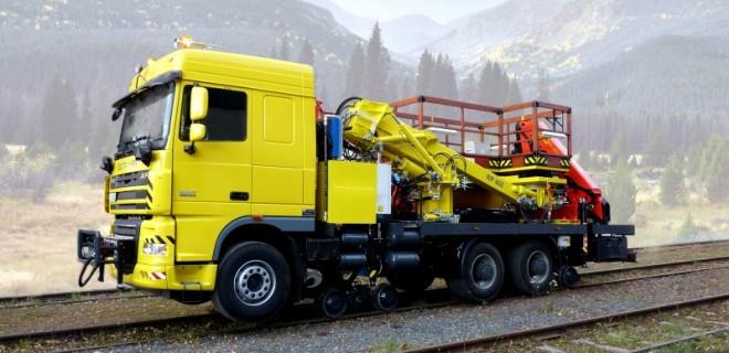 Dvojcestné vozidlo DUOTRACKTOR HNJ-RP vybavené ramenovou plošinou a hydraulickým žeriavom, pre prácu pri údržbe trolejového vedenia