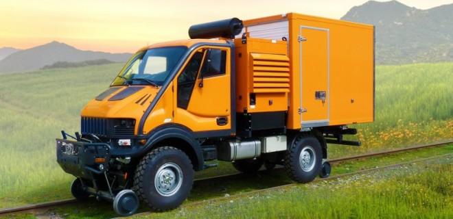 Un véhicule Rail/Route FriLiner pour les opérations d'entretien tant sur les voies ferrées que sur les routes, y compris pour les réparations d'équipement de caténaires. La propulsion ferroviaire est assurée par les pneumatiques sur les rails.