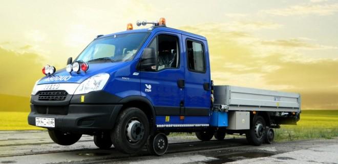 Двупътната машина IVECO DAILY AGO DUO проектирана за движение и работа по асфалтов път, както и за движение, и работа по държавни, регионални, и производствени жп линии, задвижването върху релсите е от типа фрикция гума-стомана, като се осъществява от триенето на задните гуми върху релсите