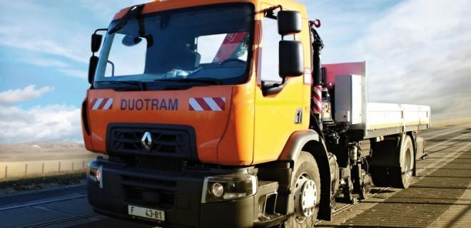 Ein zweiweges Fahrzeug R DUOTRAM H-V zur Straßen- als auch Straßenbahnfahrt und zu Instandhaltungsarbeiten und Materialtransport konstruiert, mit einem Kran und Plattformaufbau, mittels einem einheitlichen 4-rädrigen hydrostatischen Schienenfahrgestell angetrieben